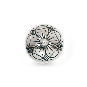 Mestergull 5-bladers roseknapp i oksidert sølv. Knappen har lang hempe og blir festet med snor. NORSK BUNADSØLV Knapp