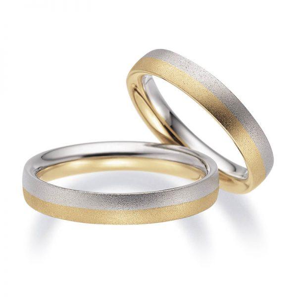 Mestergull Spennende ringer i tofarget gull. Her er en halvdel i gult gull og en halvdel i hvitt gull gitt glassblåst overflate. Prisen nedenfor er pr. ring. LYKKERINGENE Eksempel Ring