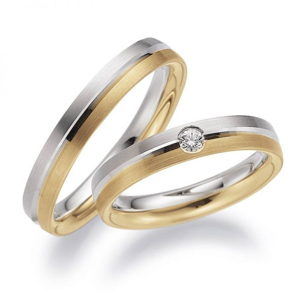 Mestergull Spennende ringer i tofarget gull. Her er en halvdel i gult gull og en halvdel i hvitt gull gitt silkematt overflate. Et blankt spor skiller fargene. Prisen nedenfor er pr. ring uten diamant da denne kan velges i mange størrelser. LYKKERINGENE Eksempel Ring
