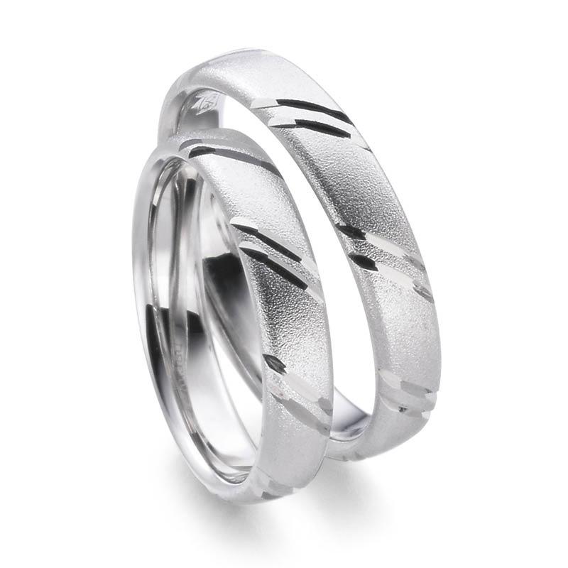Mestergull Ringene her kombinerer hvitt gull, glassblåst overflate og diamantskårne mønster diagonalt på overside. Dere bestemmer selv uttrykket i Lykkeringene. Prisen nedenfor er pr. ring. LYKKERINGENE Eksempel Ring
