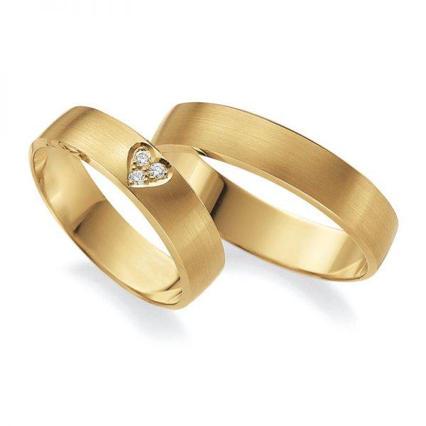 Mestergull Hjertet - kjærlighetens symbol kan nås med alt fra gravering til diamant med hjerteslipt form. Her fattet som 3 diamanter i form som et hjerte. Prisen nedenfor er pr. ring. LYKKERINGENE Eksempel Ring