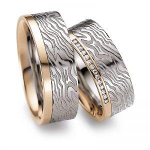 Mestergull I dette paret er det kombinert to gullfarger, diamanter og lasergravering av fingeravtrykk. Prisen nedenfor er pr. ring uten diamanter da disse kan velges i mange størrelser og forskjellig antall. LYKKERINGENE Eksempel Ring
