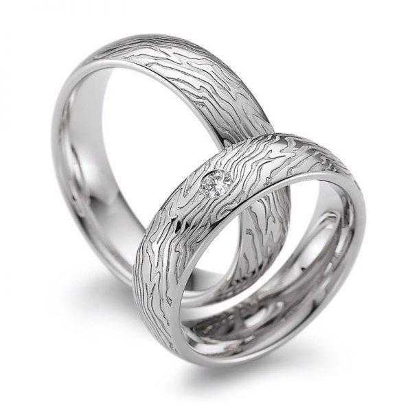 Mestergull Lasergravering gir uante muligheter. Disse ringene er laget i hvitt gull og lasergravert utvendig med eget fingeravtrykk rundt hele ringen. Prisen nedenfor er pr. ring uten diamanter. LYKKERINGENE Eksempel Ring