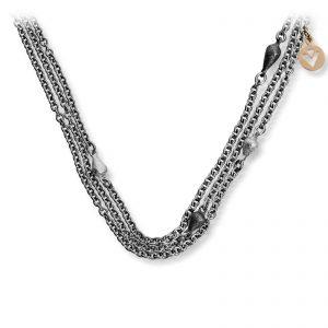 Mestergull 3 rader tynt stålkjede med små dråper i oksidert sølv, sølv og gult gull. Blir levert i lengde 45 cm, men kan bestilles i ønsket lengde. VAN BERGEN Dråpe Kjede