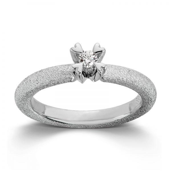 Mestergull Ring i hvitt gull med dia. 0,10 carat TWSI, fattet med små hjerteklør. VAN BERGEN Golden Heart Ring