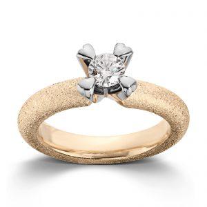 Mestergull Ring i gult gull med dia. 0,40 carat TWSI, fattet med små hjerteklør i hvitt gull. VAN BERGEN Golden Heart Ring