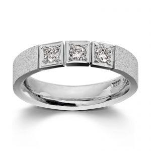 Mestergull Ring i hvitt gull med 3 dia. 0,10 carat TWSI. Det er mulig å fatte flere dia. i ringen. Pris pr. dia. inkl. arbeid kr 7500,- VAN BERGEN Classic Ring