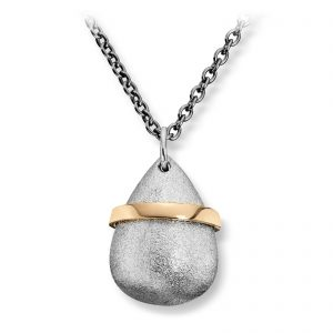 Mestergull Stor dråpe anheng i sølv med gult gull bånd. Blir levert med stålkjede med gilt gull logo. Størrelse på anheng 2,2 x 1,6 cm VAN BERGEN Dråpe Anheng