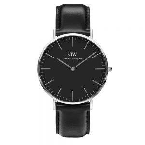Mestergull Classic Black Sheffield er et sofistikert ur som gir stilen din selvtillit og holdning, takket være den karakteristisk urskiven og den sorte remen laget av ekte italiensk lær. DANIEL WELLINGTON Ur