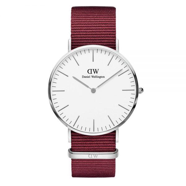Mestergull Med vår klassiske NATO-reim i rubinrød, er Classic Roselyn en enkel klokke som kan brukes fra dag til kveld. DANIEL WELLINGTON Ur