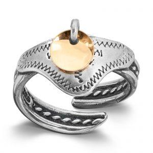 Mestergull Ring i oksidert og forgylt sølv til Sunnmørsbunaden. Finnes også med sølv løv. LOKAL BUNAD Ring