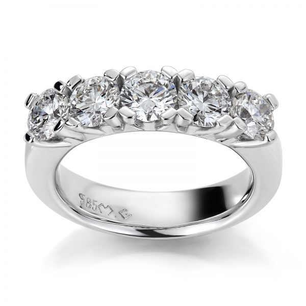 Mestergull Spesialutviklet rekkering med 5 diamanter á 0,50 ct. Totalt 2,60 ct. D VVS2. Ringen er utviklet med en kraftig skinne for å stå harmonisk til de store diamantene DESIGN STUDIO Spesialdesign Ring