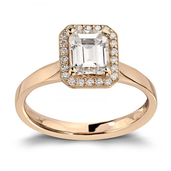 Mestergull Spesialdesignet ring med diamant i emerald cut og 22 brillianter i kransen. Tot. 1,24 ct. Ringen er utført i gult gull 585 DESIGN STUDIO Spesialdesign Ring