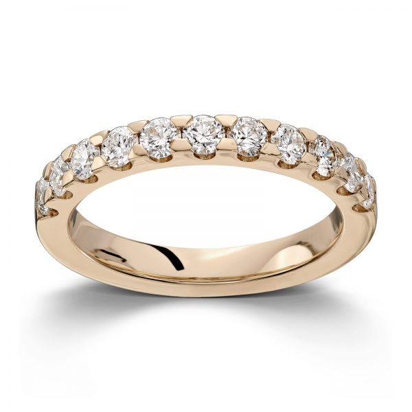 Mestergull Utvikling av klassisk rekkering med gjenbruk av kundens diamanter fra gammel ring. Ringen er utført i gult gull 585, innvendig avbuet for god komfort DESIGN STUDIO Spesialdesign Ring