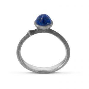 Mestergull Ring Lotus str. 0 i oksidert sølv med lapis lazuli. LYNGGAARD Lotus Ring