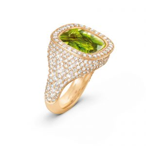 Mestergull Cushion ring i 18kt Gult gull med peridot 12x13mm og 294 diamanter totalt 2,14 ct. TwVs LYNGGAARD Cushion Ring