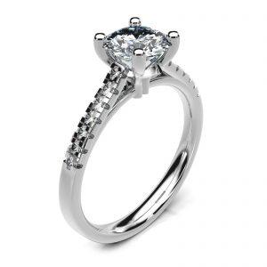 Mestergull Spesialdesignet ring i platina Pt950 med kundens diamant. 14 brillianter á 0,01 ct. er tillagt på ringens skuldre. Designet er innvendig buet for god komfort på fingeren DESIGN STUDIO Spesialdesign Ring