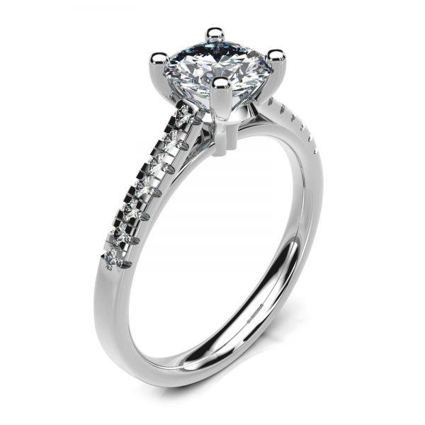 Mestergull Spesialdesignet ring i platina Pt950 med kundens diamant. 14 brillianter á 0,01 ct. er tillagt på ringens skuldre. Designet er innvendig buet for god komfort på fingeren DESIGN STUDIO Solitaire Ring