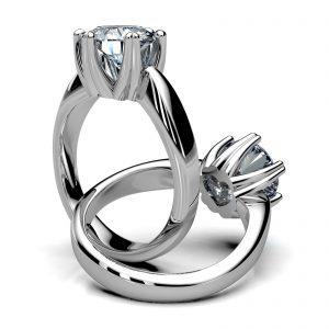 Mestergull Diamantring i hvitt gull 585 utviklet etter kundens ønsker og tilpasset stor diamant. Innvendig er ringen fattet med en hjerteslipt diamant 0,20 ct. Totalt 2,00 ct. DESIGN STUDIO Spesialdesign Ring