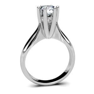 Mestergull Høy solitaire-ring spesialutviklet for kunde med egen diamant. Ringen er laget høy for å passe inntil annen ring som skal brukes samtidig DESIGN STUDIO Solitaire Ring
