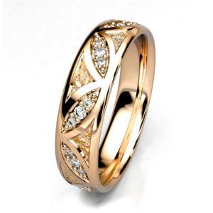 Mestergull Forlovelsesring i gult gull 585 utviklet for kunde. Ringen er massiv med kraftig mønster og fattet med 30 diamanter, totalt 0,20 ct. HSI DESIGN STUDIO Spesialdesign Ring
