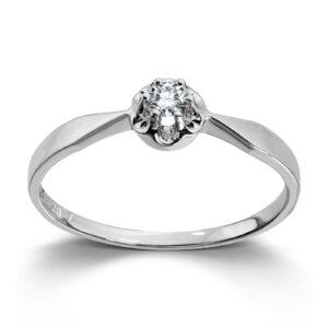 Mestergull Prinsesse er et klassisk enstens design med en elegant blondefatning i gult eller hvitt gull. I serien finnes matchende ring, anheng og ørepynt med diamanter i størrelse fra 0,03 ct. til 0,25 ct. Større størrelser spesiallages på vårt verksted. PRINSESSE Ring