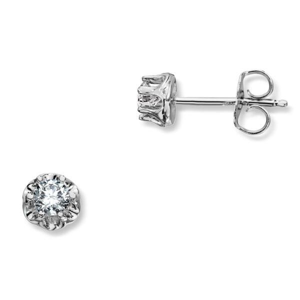 Mestergull Prinsesse er et klassisk enstens design med en elegant blondefatning i gult eller hvitt gull. I serien finnes matchende diamantring, anheng og ørepynt med diamanter i størrelse fra 0,03 ct. til 0,25 ct. PRINSESSE Ørepynt