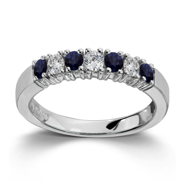 Mestergull Vår Allianse ring har siden 1992 vært en av de mest klassiske diamantringene i landet. Allianse lar deg bygge på med nye stener for hver ny anledning. ALLIANSE Saf./Dia. 0,08 ct. Ring