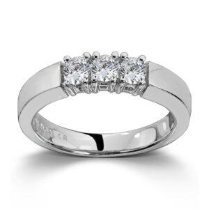 Mestergull Vår Allianse ring har siden 1992 vært en av de mest klassiske diamantringene i landet. Allianse lar deg bygge på med nye stener for hver ny anledning. ALLIANSE Dia. 0,12 ct. Ring