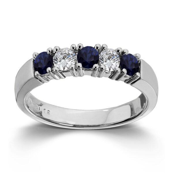 Mestergull Vår Allianse ring har siden 1992 vært en av de mest klassiske diamantringene i landet. Allianse lar deg bygge på med nye stener for hver ny anledning. ALLIANSE Saf./Dia. 0,12 ct. Ring