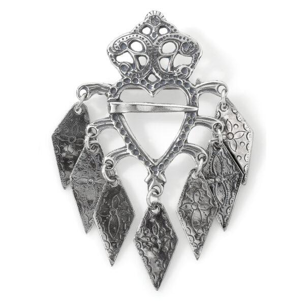 Mestergull Mellomstor sølje i oksidert sølv til Romeriksbunaden. De rombeformede løvene har alle et gravert kors som midtpunkt som er et symbol for Kristus. Rombeformen symboliserer nytt liv ROMERIKSSLV Sølje