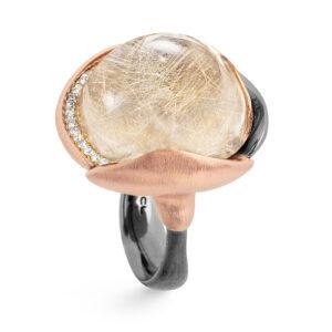 Mestergull Ring Lotus str. 4 i oksidert sølv med blad i 18 k rosé og gult gull - 26 diamanter totalt 0,15 ct. TwVs - Rutilkvarts LYNGGAARD Lotus Ring