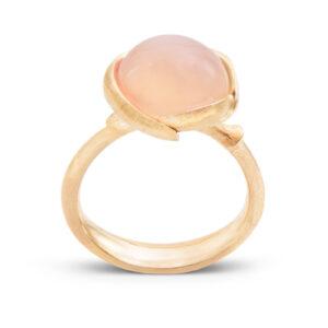 Mestergull Lotus liten ring i 18 kt. gult gull med blush månesten LYNGGAARD Lotus Ring