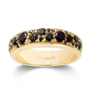 Mestergull Ring i sølv 925S forgylt med 18K gull, med blankpolert overflate og fasettslepne sorte Zirkonia. SIF JACOBS JEWELLERY Novara Ring