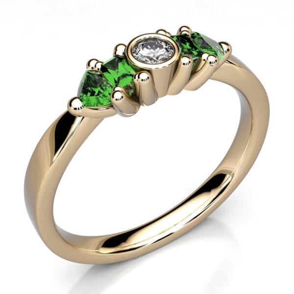 Mestergull Ring i gult gull 585 utviklet for kunde med gjenbruk av smaragder fra gammel ring. Diamant 0,08 ct. HSi er tilført DESIGN STUDIO Spesialdesign Ring